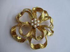 broche ancien bijou vintage fleur finement strié perles blanches couleur or 2964