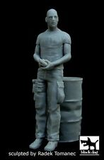 Black Dog 1/35 US Soldier leaning on Drum holding Pistol in Afghanistan F35040