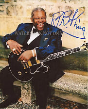 BB KING AUTOGRAPHED 8x10 RPT PHOTO WITH GUITAR LEGENDARY BLUES PERFORMER SMILE