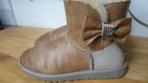 UGG AUSTRALIA  S/N1004948 MINI BAILEY BOW CRYSTAL PULL-ON ANKLE BOOT SIZE 4.5 UK