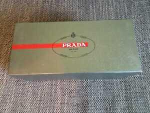 - PRADA - Schuhkarton grau mit rotem Schriftzug