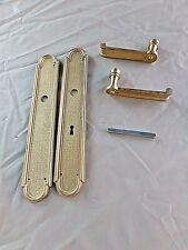 Paire de poignées de porte vintage en bronze avec plaques de propreté et serrure