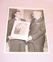 VTG 8X10 PHOTOGRAPH PRESIDENT HARRY S TRUMAN HOLDING A PHOTO IN PHOTOGRAPH