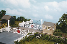 Wills SS56 Level Crossing and Pedestrian wicket gates Plastic Kit OO Gauge