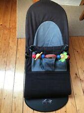 Baby Björn Balance Soft Babywippe schwarz / grau mit Spielbogen