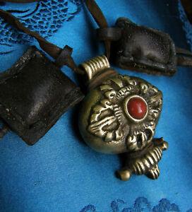 SEHR ALTES traditionelles Schutz GAU / Amulett aus Tibet mit Koralle