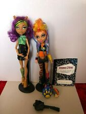 Monster High Clawdeen Wolf and Howleen wolf sister pack. With accessories. VHTF