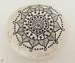 Mandala Dekostein Kieselstein Briefbeschwerer mit Räucherstäbchenhalterung