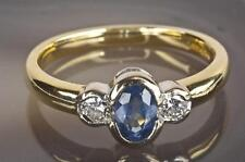 A SOLID 18ct GOLD DIAMOND & LIGHT BLUE SAPPHIRE TRILOGY RING SIZE O (US 7.25)