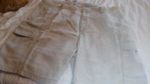 TOMMY BAHAMA RELAXED FIT CARGO SHORTS SIZE 42 TENCEL COTTON BLEND  EXCELLENT