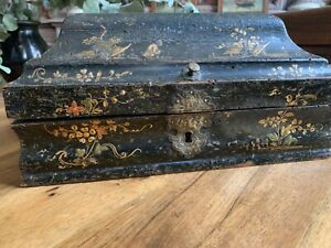 Boite à perruque XVIII noire et or vernis martin à motifs de pagodes