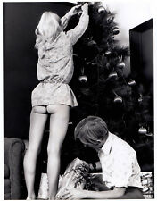 X-MAS SURPRISE BLOND WIFE SHOWS NUDE BUTT DECORATING TREE * Vintage 60s US Photo