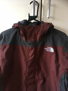 THE NORTH FACE MENS BURGANDY + GREY DESIGN HOODED JACKET - SIZE SMALL