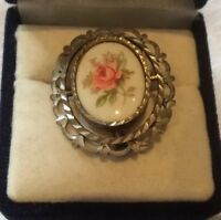 VINTAGE 1950'S SILVER TONE DIAMOND CUT PINK WHITE PORCELAIN ROSE BUD BROOCH