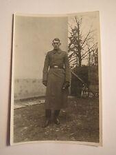 stehender Soldat in Uniform im Dezember 1940 im Urlaub / Foto