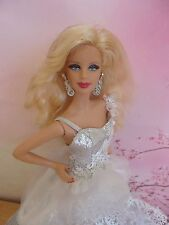 Barbie muse collection Happy Holidays 2013 robe blanche état neuf sans boîte