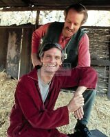"""ALAN ALDA AND MIKE FARRELL IN """"M*A*S*H"""" MASH - 8X10 PUBLICITY PHOTO (AZ709)"""