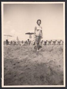 YZ1877 In posa su spiaggia da identificare - 1961 Fotografia d'epoca