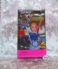CE Barbie-4 INCH WIZARD OF OZ MATTEL KELLY TOMMY DOLL AS LOLLIPOP MUNCHKIN 2002