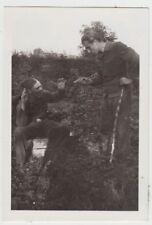 (F27991) Orig. Foto deutsche Soldaten bedrohen mit Waffe, Spaß 1942