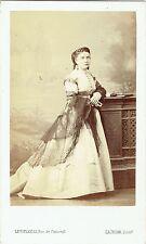 Photo cdv : Levitsky ; Jeune femme Parisienne accoudée en pose , vers 1865
