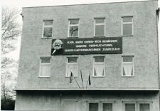 Ostalgiepostkarte mit sozialistischer Parole Karl Marx in Kaulsdorf, Foto 1983