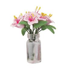 Lillies roses miniatures dans un vase en verre, accessoire de décoration de