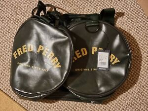 B.new genuine FRED PERRY TONAL PU BARREL BAG  L7223 167 NEW WITH TAGS Dark Green