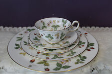 WEDGWOOD CHINA 'WILD STRAWBERRY' 5 PIECE PLACE SETTING - EXCELLENT