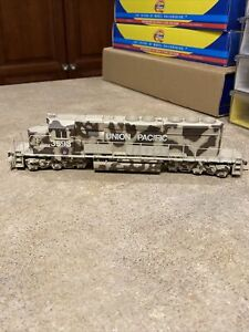 ATHEARN RTR HO #8002 EMD SD40-2 DIESEL LOCOMOTIVE UNION PACIFIC DESERT VICTORY
