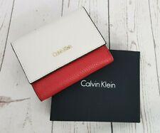 Calvin Klein Cosmopolitan billetera tríptica Scarlet para Mujer Nuevo en una caja