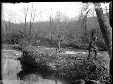 Homme militaire en train de pêcher - ancien négatif verre photo - an. 1910 1920