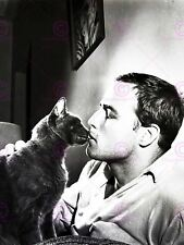 Vintage photo acteur Marlon Brando Kissing Kitten Cat Poster Art LV11295
