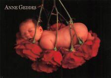 Carte Postale - Anne - GEDDES - BéBé sur lit de roses