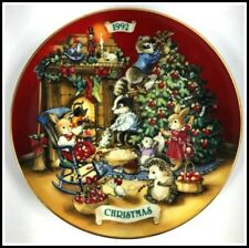 """Avon 1992 Christmas Plate """"Sharing Christmas With Friends"""" Trimmed in 22k Gold"""
