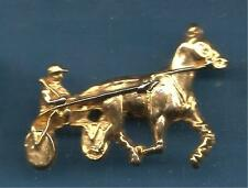 Pin's pin CHEVAL ET SULKY DORE GRAND PIN'S PATTES AVANT PLIEES (ref 097)