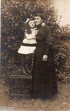 BD801 Carte Photo vintage card RPPC Femme woman enfant monté sur chaise fashion