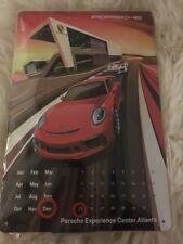 Porsche Kalender Blechschild Geprägt Experience Center Atlanta USA 30x20cm Neu