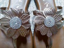 Soft ITALIAN SHOEMAKERS Gold Flower Thongs Flip Flops Sandals Women's Size 8