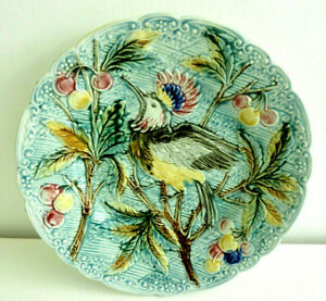 Antique French Majolica plate, bird : a crested bird perched and pecks cherries