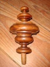 Ancienne toupie en bois tourné, déco, lit, armoire, escalier