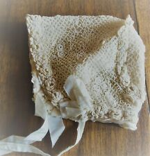 Bonnet d'enfant en dentelle aux points d'Irlande doublé soie