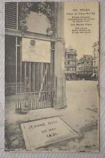 """CPA """" ROUEN - Place du Vieux Marché - Plaque marquant l'emplacement du Bûcher"""