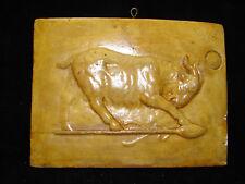 Jolie ancienne plaque en plâtre patinée décor bélier