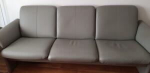 Platingraue ERPO Couch + Hocker