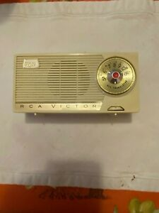 RCA MODEL 1-BT-24 WHITE GREEN IMPAC TRANSISTOR RADIO