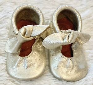Freshly Picked Platinum Bow Moccasins Mini Sole Size 4 EUC
