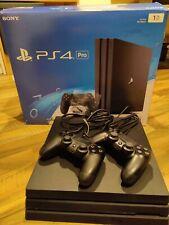 Sony PlayStation 4 Pro (1 TB) mit zwei Controllern (Schwarz)
