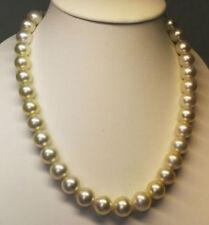 Collar de joyería con perlas de oro blanco