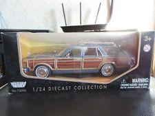 MotorMax 1:24 1979 Chrysler LeBaron Town & Country Station Wagon Blue Woody